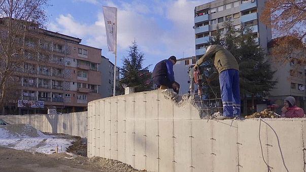 Tensión entre albanokosovares y serbokosovares a causa de un polémico muro