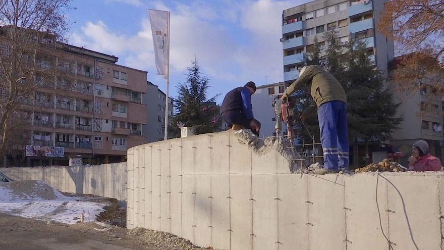 Lebontják a mitrovicai falat