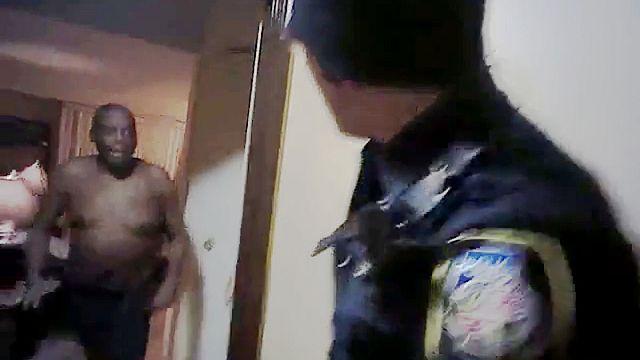 پلیس آمریکایی در حال تیراندازی به یک مرد چاقو بدست (تصاویر حاوی صحنههای دلخراش)