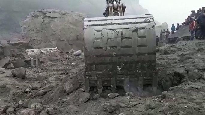 Índia: Dezenas de mineiros soterrados em mina de carvão