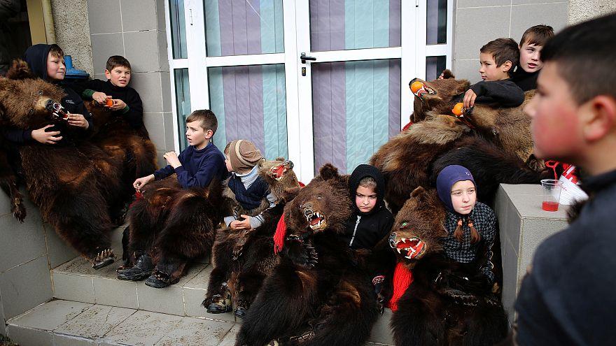 Dança de ursos pela boa sorte e saúde no Novo Ano