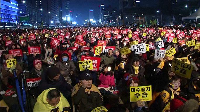 Szilveszterkor is a koreai elnök lemondásáért tüntettek