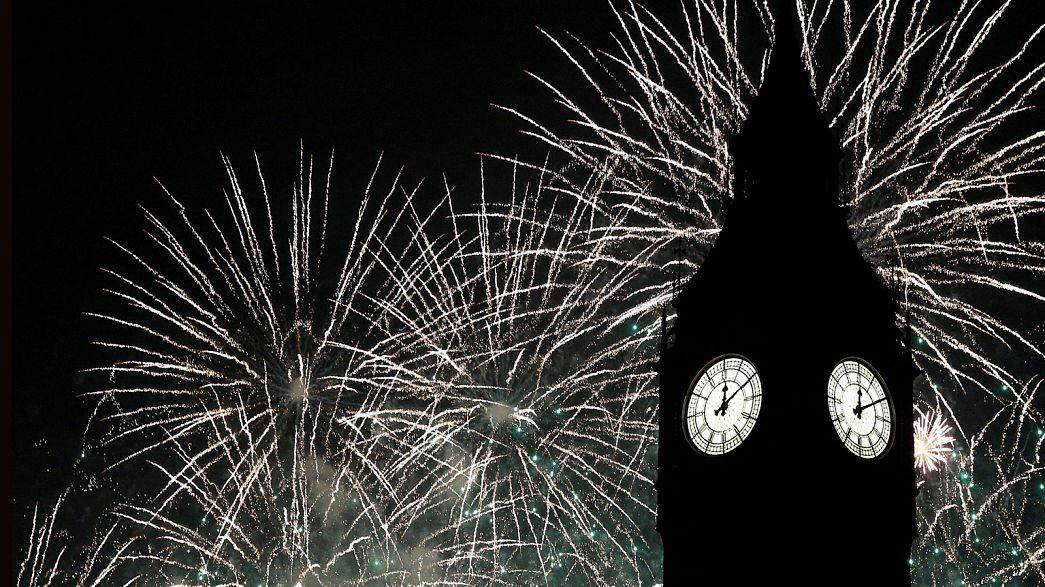 Mundo celebra o Ano Novo com explosões de côr e luz
