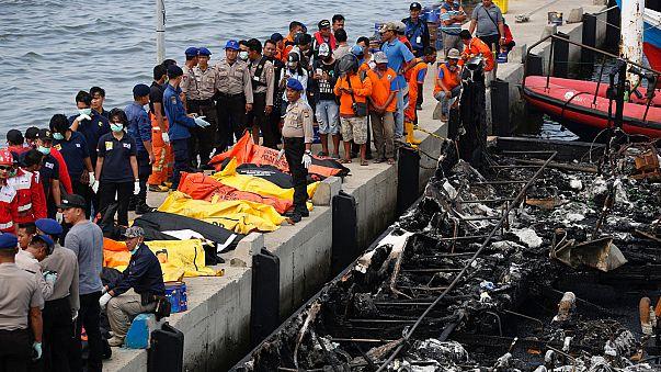 آتش گرفتن کشتی در اندونزی جان ۲۳ نفر را گرفت