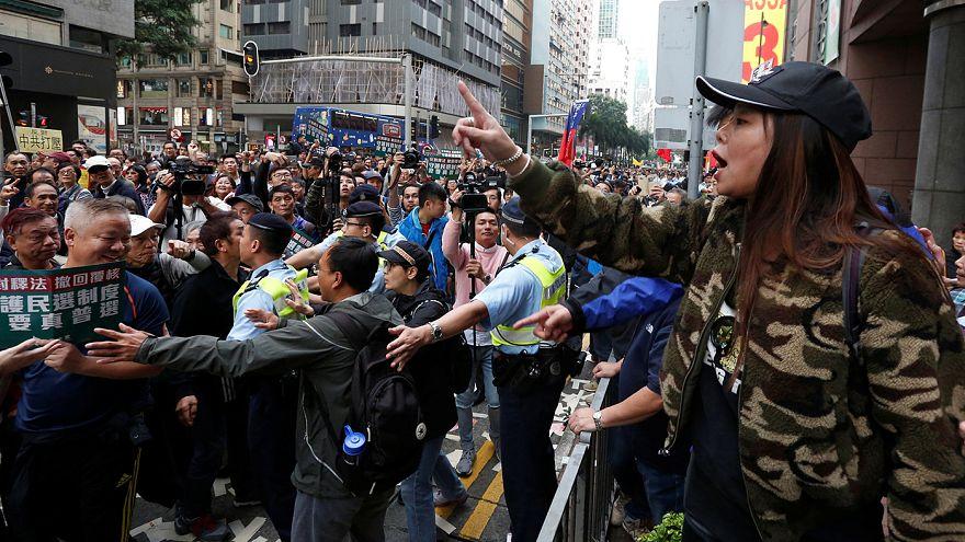 Gli abitanti di Hong Kong di nuovo in piazza