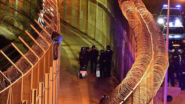İspanya-Fas sınırında kaçak göçmenler tel örgülerde yakalandı