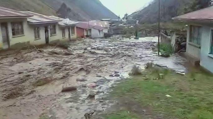 Fuertes lluvias en Bolivia obligan a evacuar a centenares de habitantes de la ciudad de Caracoles