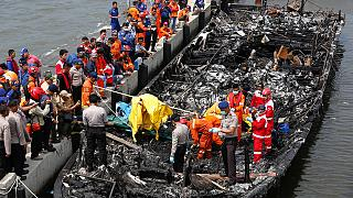 Sigue la búsqueda de 17 desaparecidos tras el incendio de un barco indonesio