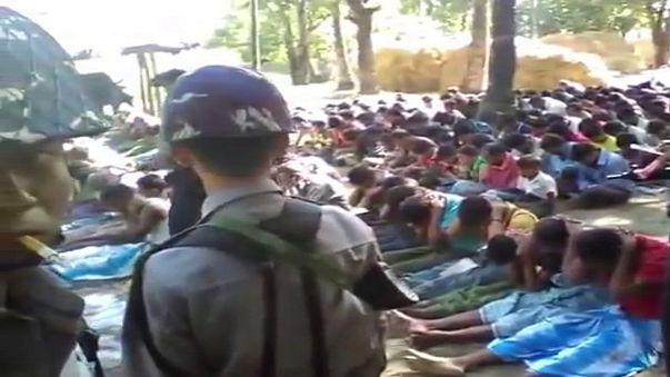 Myanmar polisi Arakanlı Mülümanları tekme tokat dövdü