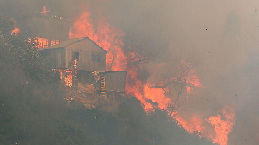 Un incendio arrasa al menos 100 casas en Valparaíso, Chile