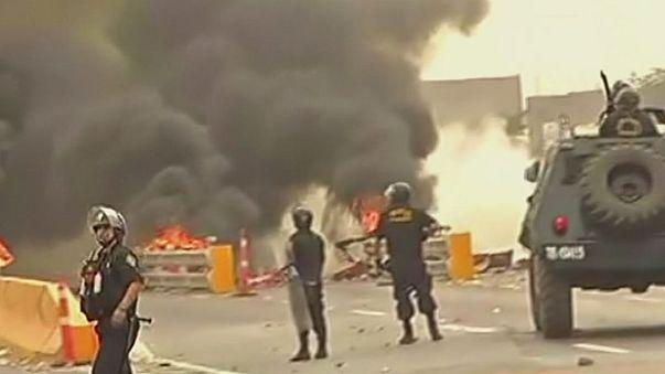 Otoyol zammına kızıp gişeleri ateşe verdiler