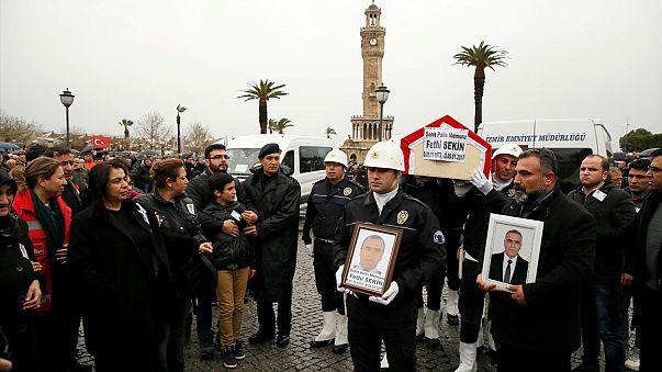 Funeral multitudinario en Turquía por las víctimas del atentado de Esmirna