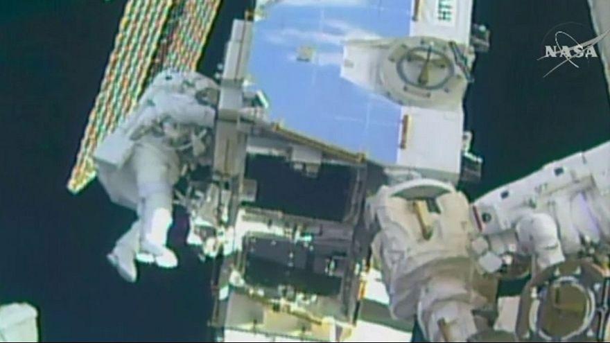 Dos astronautas actualizan el sistema eléctrico de la Estación Espacial