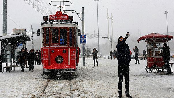 Las fuertes tormentas de nieve provocan el caos en países del Mediterráneo y dejan varias víctimas mortales