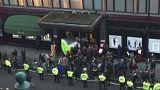 """La protesta dei camerieri di Harrods: """"Rubate le nostre mance"""""""