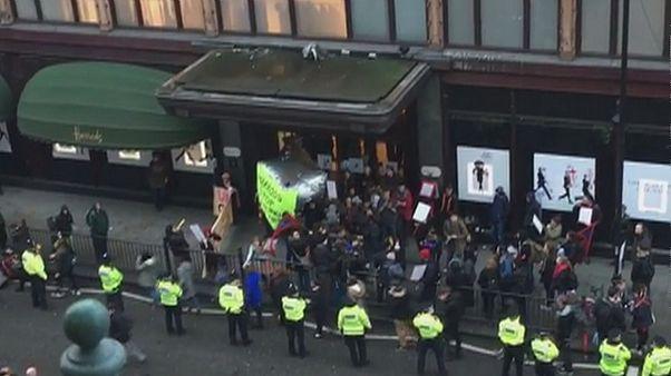 Работники лондонского Harrods требуют отдать им чаевые