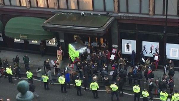 اعتقال شخصين أمام متاجر هارودز بلندن