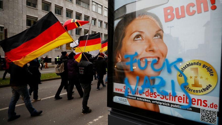 Köln: Etwa 100 Rechtsextreme skandieren Anti-Merkel-Parolen