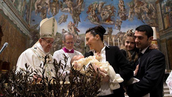 Papa Francis'ten annelere bebeklerini kilisede emzirme çağrısı