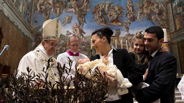 El papa invita a las madres a amamantar a sus bebés en la Capilla Sixtina