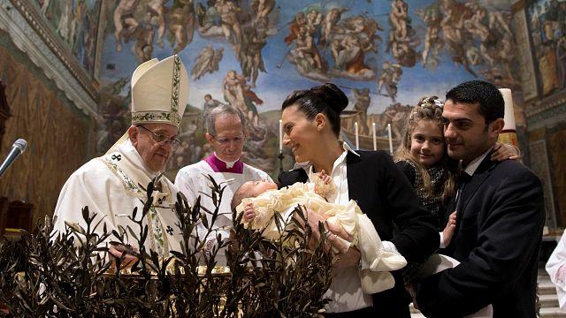 Le pape invite des mères à allaiter pendant un baptême