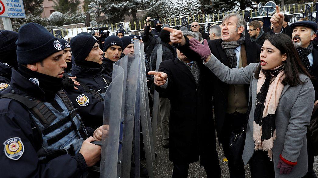 Turquie : manifestations devant le Parlement