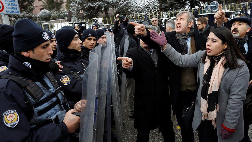 La Policía turca reprime una marcha contra la reforma constitucional