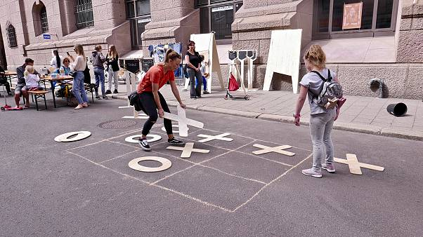 Image: People play tic-tac-toe on the Dronningens Gate in Oslo