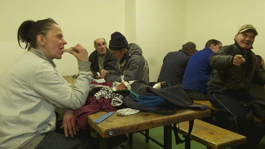 Ola de frío: abrigos, mantas y comida caliente para miles de sintecho en Hungría