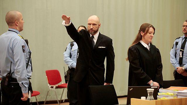 """Брейвик """"открыл"""" заседание суда нацистским приветствием"""