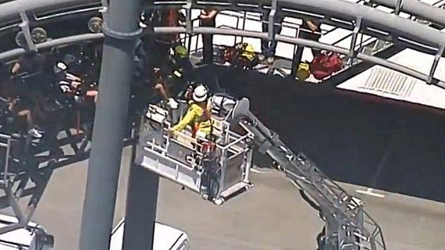 Australia: atrapados durante dos horas en lo alto de una montaña rusa