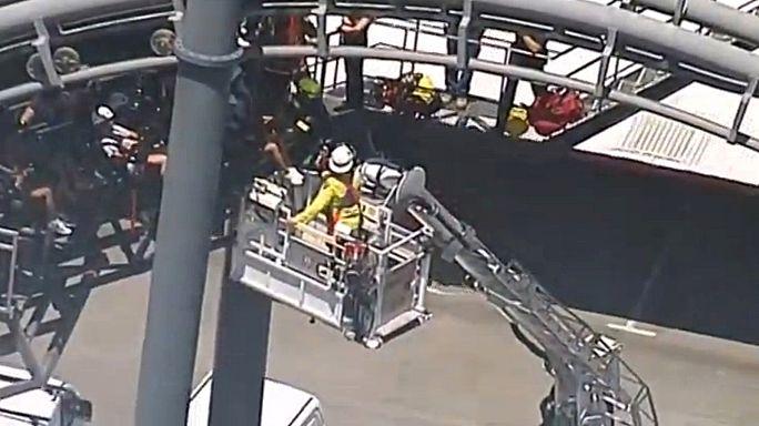 Vinte pessoas ficam suspensas em montanha-russa na Austrália