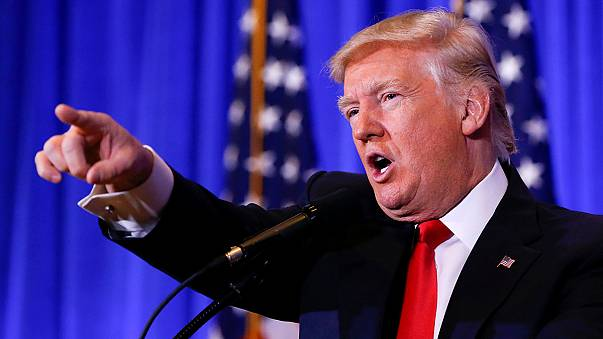 """Trump rejeita """"notícias falsas"""" durante primeira conferência de imprensa"""