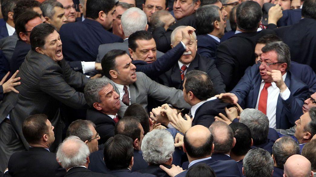 Rissa nel Parlamento turco durante voto su riforma costituzionale