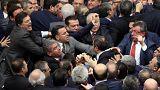 Összeverekedtek a képviselők a török parlamentben