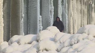 البرد في كوسوفو يتسبب في تَجَمُّد الخطوط الكهربائية وحرمان مواطنين من التدفئة