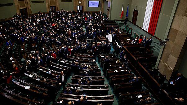 La oposición polaca desaloja el Parlamento tras un mes de protestas