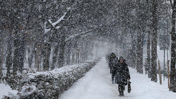 Frio mata dezenas de pessoas na Europa