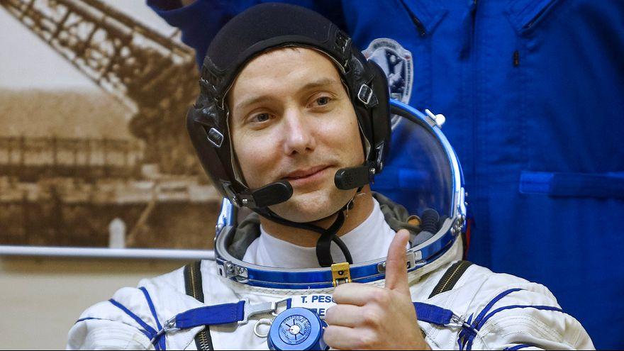 Французский астронавт Тома Песке делает первые шаги в открытом космосе