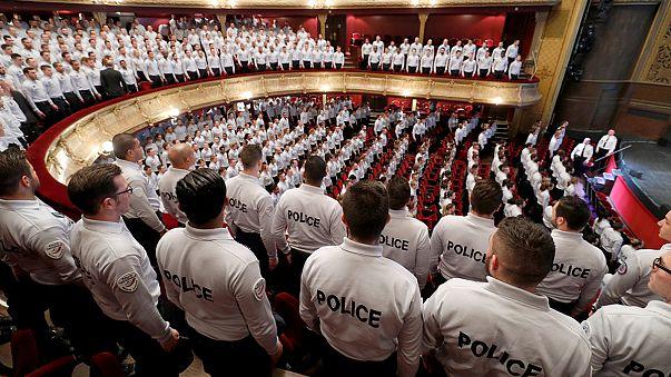 Nyolcszáz francia rendőrújonc tette le az esküt Párizsban