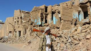خمسة عشر قتيلاً في قصف جوي سعودي استهدف تجمعاً مدنياً في مدينة تعز اليمنية