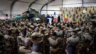 Hollande visits French and Malian troops in Gao