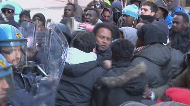 Clashes between police and refugees in Florence