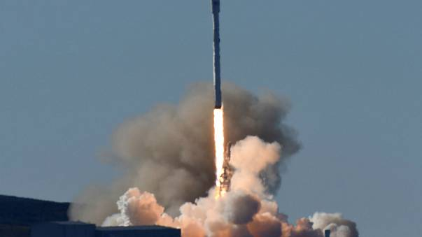 La compañía aeroespacial SpaceX lanza con éxito un cohete Falcon 9