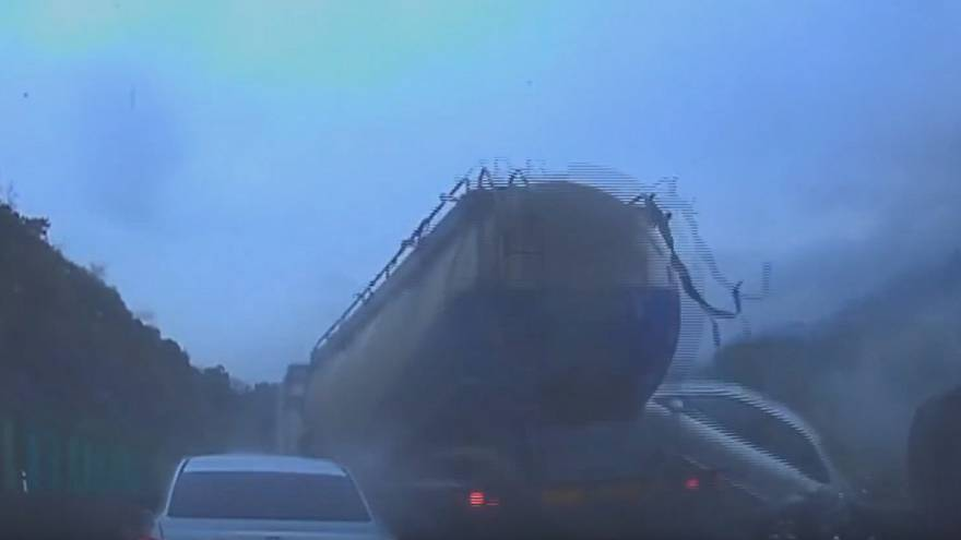[Watch]: Chinese highway pile-up involving 19 cars