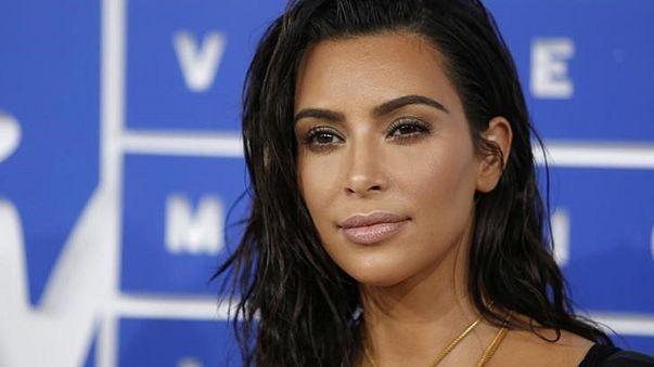 Dieci accusati per il maxi furto di gioielli a Kim Kardashian
