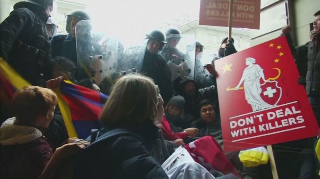 El presidente chino recibido con honores y con una protesta de tibetanos en Suiza