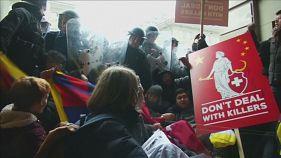 В Швейцарии председателя КНР встретили протестами