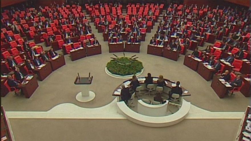 A török parlament tovább emeli Erdogant