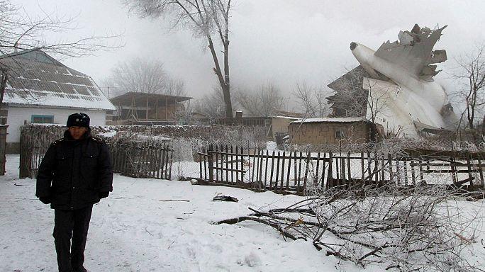 Fast vierzig Tote bei Flugzeugabsturz auf ein Dorf